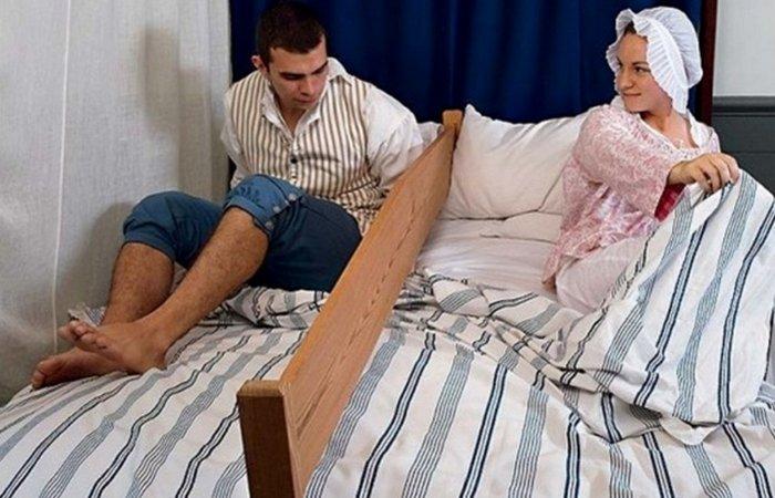 Доска посреди кровати. | Фото: lifeandothermatters.com
